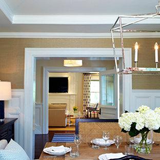 Aménagement d'une grande salle à manger classique fermée avec mur métallisé, un sol en bois foncé et aucune cheminée.