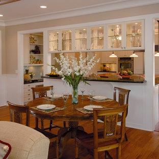 Esempio di una sala da pranzo aperta verso il soggiorno tropicale con pavimento marrone