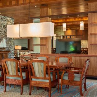 Réalisation d'une grande salle à manger ouverte sur le salon ethnique avec un mur marron et un sol beige.