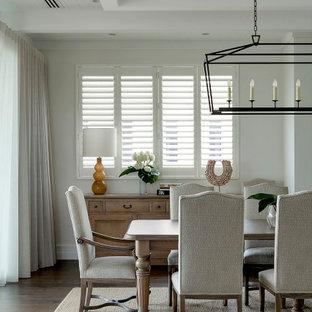 Foto di una grande sala da pranzo classica con pareti bianche, pavimento in legno massello medio, pavimento marrone e soffitto a cassettoni