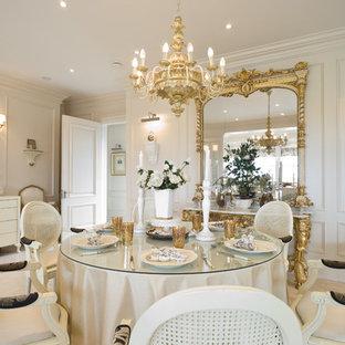 Cette photo montre une grand salle à manger ouverte sur le salon victorienne avec un mur blanc, un sol en calcaire, un manteau de cheminée en pierre, aucune cheminée et un sol beige.