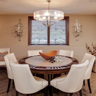 Foto di una sala da pranzo contemporanea di medie dimensioni con pareti beige e pavimento in vinile