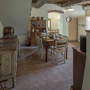 Idee per una sala da pranzo aperta verso la cucina country di medie dimensioni con pavimento in terracotta