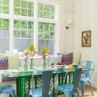 Foto di un'ampia sala da pranzo aperta verso il soggiorno country con parquet chiaro, pareti beige e pavimento beige
