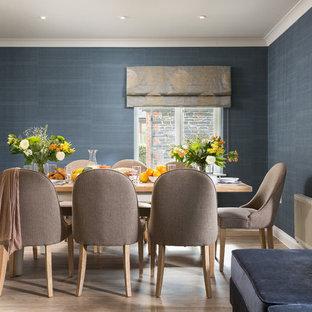 Foto de comedor clásico renovado, abierto, con paredes azules, suelo de madera clara y suelo marrón
