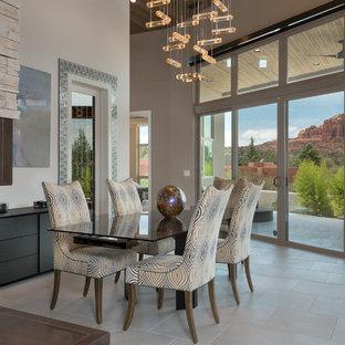 フェニックスの広いコンテンポラリースタイルのおしゃれなダイニングキッチン (白い壁、磁器タイルの床、両方向型暖炉、ベージュの床、石材の暖炉まわり) の写真