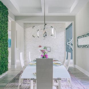 Aménagement d'une grand salle à manger contemporaine fermée avec un mur vert, moquette et un sol violet.