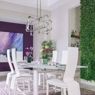На фото: большая отдельная столовая в современном стиле с фиолетовыми стенами и серым полом с