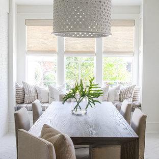Idee per una sala da pranzo stile marinaro con pareti bianche, pavimento in mattoni e pavimento bianco