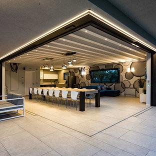 Foto di una grande sala da pranzo aperta verso il soggiorno minimal con pareti multicolore e pavimento grigio