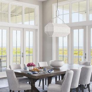 Esempio di una grande sala da pranzo aperta verso il soggiorno stile marino con pareti grigie, pavimento in vinile, pavimento marrone e travi a vista