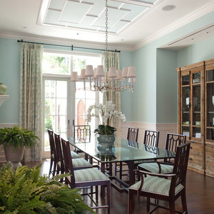 Foto de comedor tropical con paredes azules y suelo de madera oscura