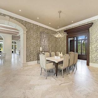 マイアミの大きいトランジショナルスタイルのおしゃれなダイニングキッチン (メタリックの壁、大理石の床、ベージュの床) の写真