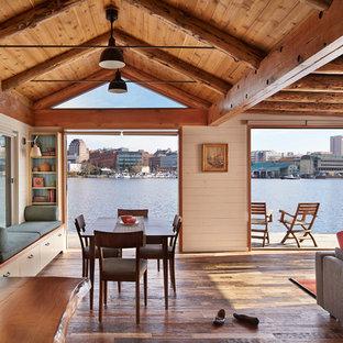 Idee per una sala da pranzo costiera con pareti beige e pavimento marrone