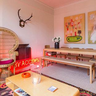 Imagen de comedor bohemio, abierto, con paredes blancas y chimenea tradicional
