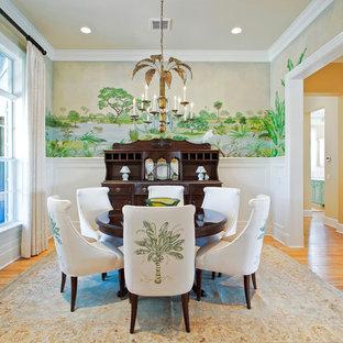 Geschlossenes Tropenstil Esszimmer mit bunten Wänden und braunem Holzboden in Orlando