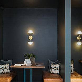 Idee per una sala da pranzo industriale chiusa e di medie dimensioni con pareti nere, pavimento in cemento, nessun camino e pavimento grigio