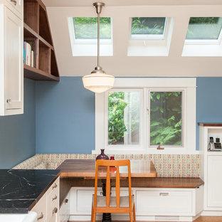 Esempio di una sala da pranzo aperta verso la cucina tradizionale con pavimento in sughero e pareti blu