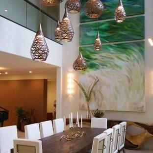 ハワイの大きいトロピカルスタイルのおしゃれなLDK (ベージュの壁、ライムストーンの床、暖炉なし) の写真