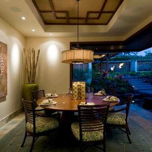 Geschlossenes, Mittelgroßes Kolonialstil Esszimmer ohne Kamin mit beiger Wandfarbe und Schieferboden in Hawaii