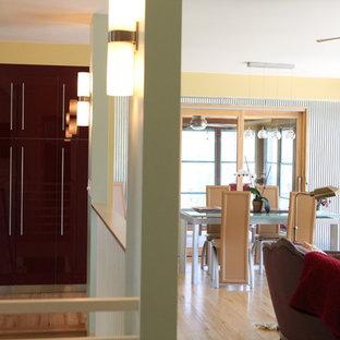 Esempio di una sala da pranzo aperta verso il soggiorno industriale di medie dimensioni con pareti con effetto metallico, parquet chiaro e nessun camino