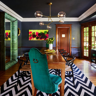 Diseño de comedor bohemio, de tamaño medio, cerrado, sin chimenea, con suelo de madera en tonos medios y paredes negras