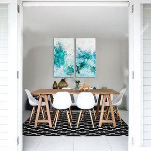 マイアミの小さいモダンスタイルのおしゃれなダイニングキッチン (グレーの壁、セラミックタイルの床、暖炉なし) の写真
