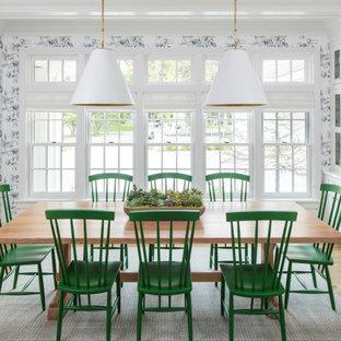 Cette image montre une salle à manger ouverte sur le salon traditionnelle de taille moyenne avec un mur blanc, un sol en bois brun, aucune cheminée, un sol marron, un plafond à caissons et du papier peint.
