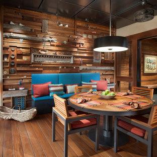 フェニックスのサンタフェスタイルのおしゃれな独立型ダイニング (茶色い壁、無垢フローリング、暖炉なし、板張り壁) の写真