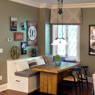 Imagen de comedor de cocina clásico, de tamaño medio, sin chimenea, con paredes verdes, suelo de madera en tonos medios y suelo marrón