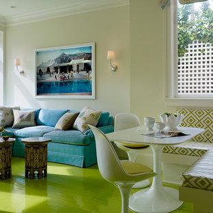 Idee per una sala da pranzo contemporanea con pavimento in legno verniciato e pavimento verde
