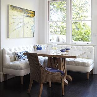 Cette photo montre une salle à manger chic avec un sol marron et une banquette d'angle.