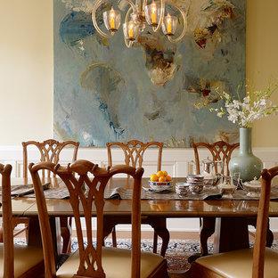 Esempio di una grande sala da pranzo chic con pareti gialle, pavimento in legno massello medio e nessun camino