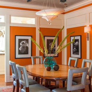 Idées déco pour une salle à manger classique fermée et de taille moyenne avec un mur orange, un sol en bois brun et aucune cheminée.