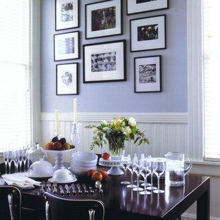 Cette image montre une salle à manger bohème avec un mur violet.
