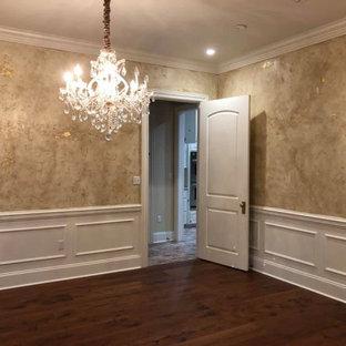 Aménagement d'une grand salle à manger romantique fermée avec un mur multicolore, un sol en bois foncé, aucune cheminée, un sol marron et du papier peint.