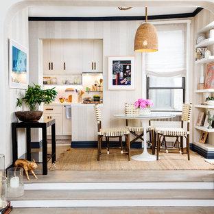 Ispirazione per una piccola sala da pranzo aperta verso la cucina tradizionale con pareti multicolore, parquet chiaro, nessun camino e pavimento beige