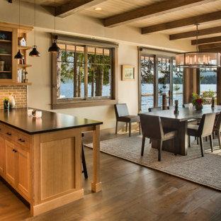Mittelgroße Urige Wohnküche mit beiger Wandfarbe, braunem Holzboden, beigem Boden und freigelegten Dachbalken in Seattle
