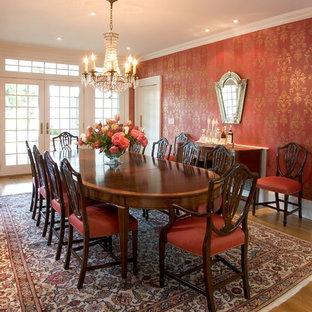 Ejemplo de comedor clásico con paredes rojas y suelo de madera en tonos medios