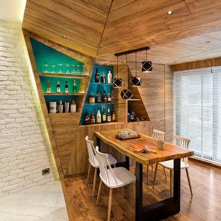 Foto di una sala da pranzo contemporanea con pareti marroni, pavimento in legno massello medio e pavimento marrone