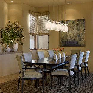 Esempio di una grande sala da pranzo contemporanea chiusa con pareti gialle e pavimento in sughero