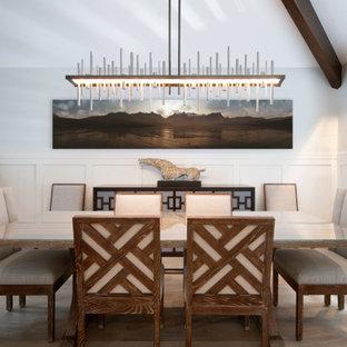 Imagen de comedor abovedado y boiserie, marinero, de tamaño medio, abierto y boiserie, con paredes blancas, suelo de madera clara y boiserie