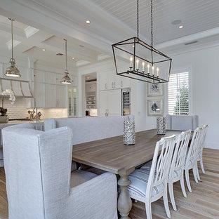 Idee per una grande sala da pranzo aperta verso la cucina classica con pareti bianche, parquet chiaro, nessun camino e pavimento marrone