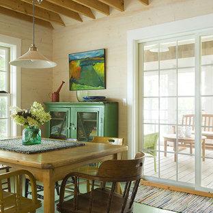 Diseño de comedor bohemio con paredes beige y suelo verde