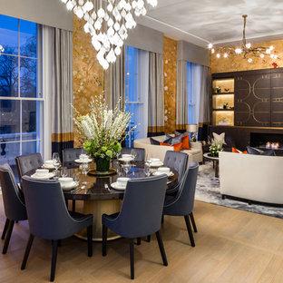 Imagen de comedor tradicional renovado, abierto, con paredes metalizadas, suelo de madera clara, chimenea tradicional, marco de chimenea de madera y suelo beige