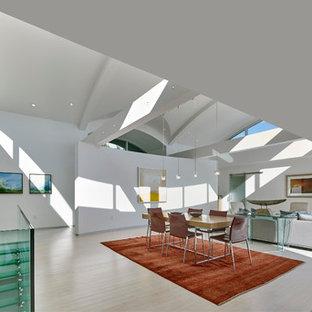 Esempio di una grande sala da pranzo aperta verso il soggiorno moderna con pareti bianche, pavimento in bambù, nessun camino e pavimento beige