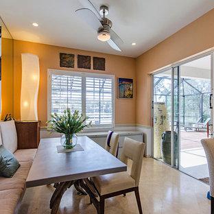 Foto di una sala da pranzo aperta verso la cucina etnica di medie dimensioni con pareti arancioni, pavimento in gres porcellanato, nessun camino e pavimento beige
