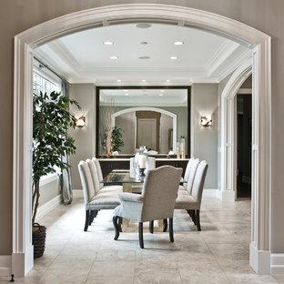 Foto di una sala da pranzo classica di medie dimensioni e chiusa con pareti grigie, pavimento in pietra calcarea, nessun camino e pavimento grigio