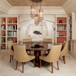Exemple d'une salle à manger ouverte sur la cuisine exotique avec un mur beige.