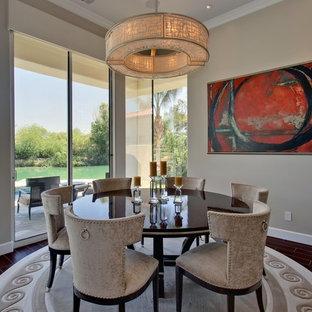 Foto di una sala da pranzo aperta verso il soggiorno classica di medie dimensioni con pareti beige, pavimento in gres porcellanato e nessun camino